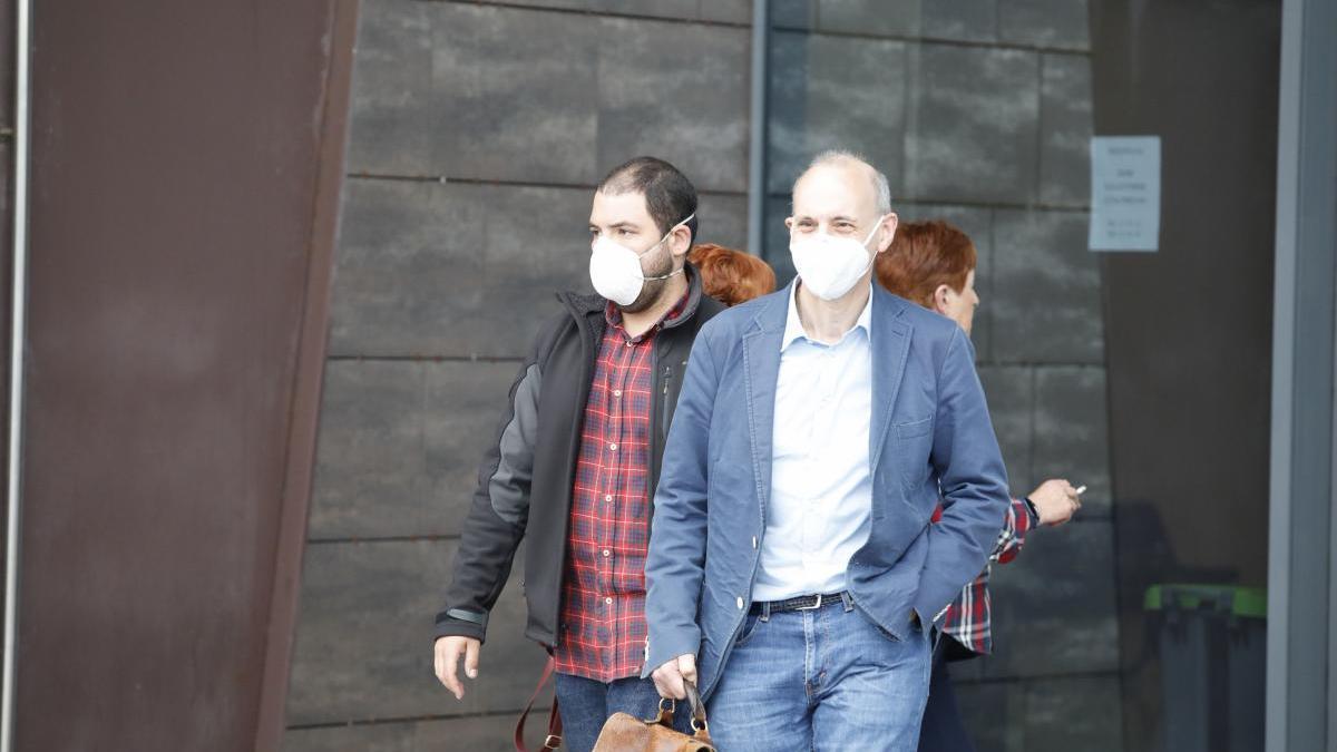 Daniel B. S. junto a su abogado Ricardo González esta mañana a la salida del Juzgado.