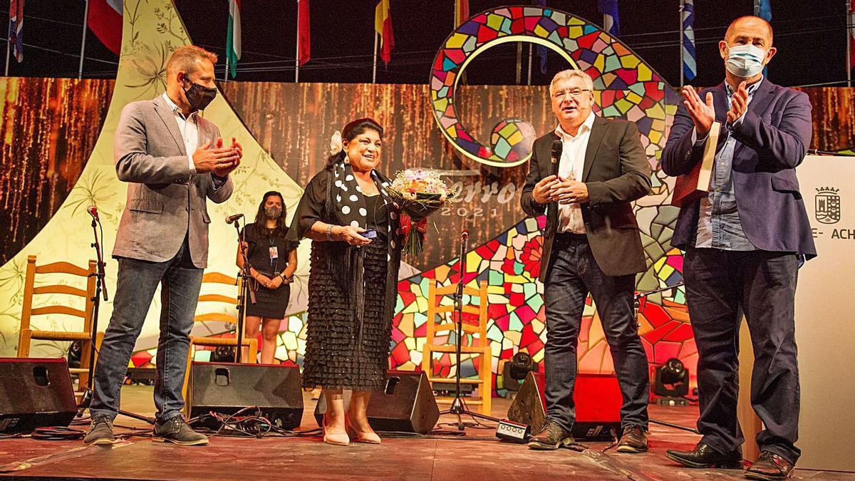 Encarnación Fernández recibe la medalla de oro del festival
