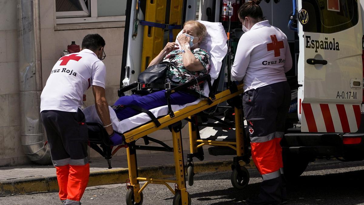 Sanitarios trasladan a una mujer al 12 de Octubre de Madrid.