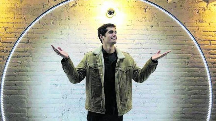 """Álex Manury: """"Escribir es individual, es como ir chocando contra una pared"""""""