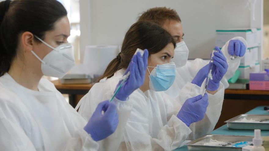 """Vacuna AstraZeneca: """"juicio mediático"""" a los efectos secundarios sin pruebas científicas"""