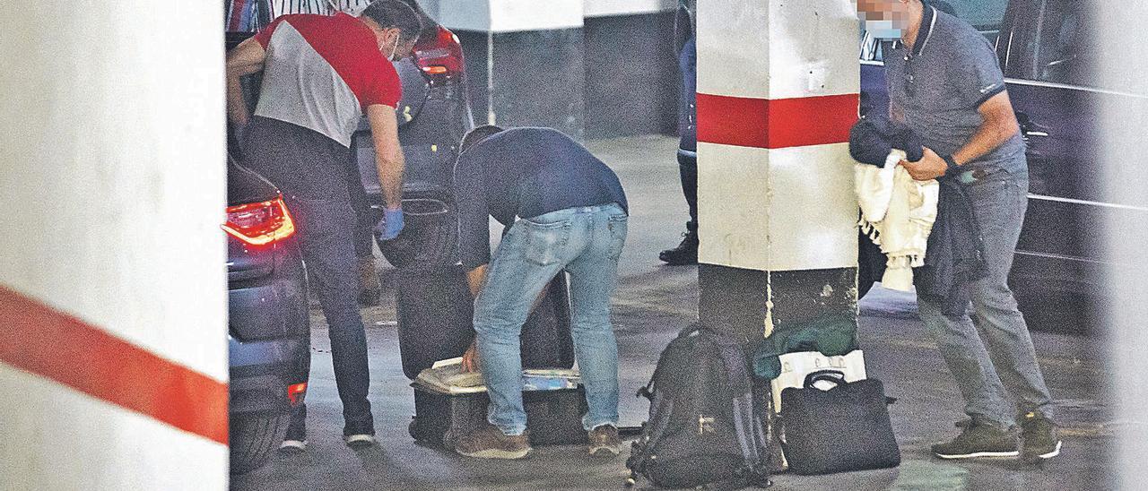 Agentes de la UCO recogen  tras finalizar el registo en el  domicilio de Rubio.  Germán Caballero