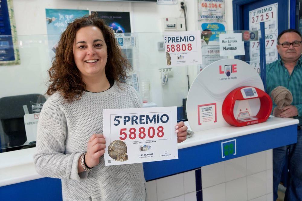 En Talavera de la Reina, en la plaza del Cardenal Loaisa, María Mateos y su pareja se han hecho cargo del punto receptor de lotería hace apenas un mes y han repartido el 58808, un quinto premio del Sorteo Extraordinario de Navidad. EFE