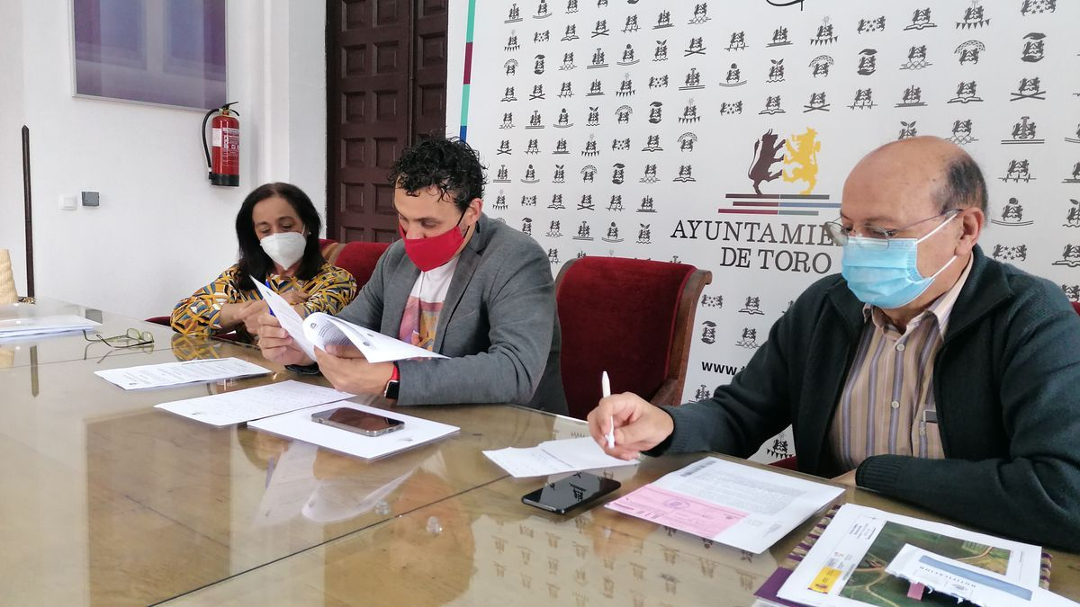 Ángeles Medina, Tomás del Bien (centro) y José Luis Martín presentan el balance de la auditoría