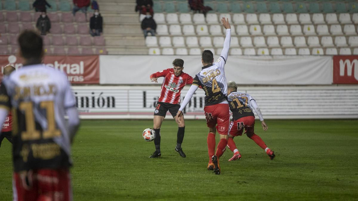 Escudero trata de librarse de dos defensores en un partido de la última campaña.