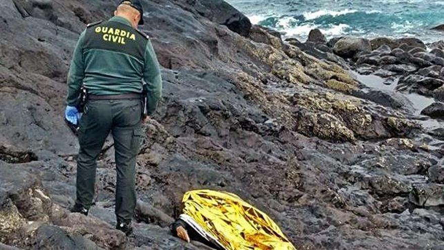 Hallan muerto a un marroquí que cayó al mar al arribar en patera a Lanzarote