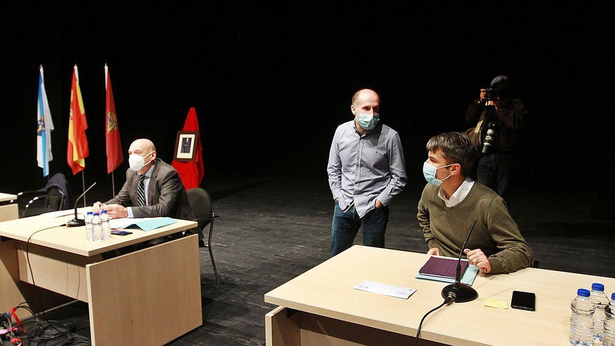 El alcalde con el teniente alcalde y el interventor, momentos de iniciar su primer pleno en el escenario del Auditorio Municipal. |   // IÑAKI OSORIO