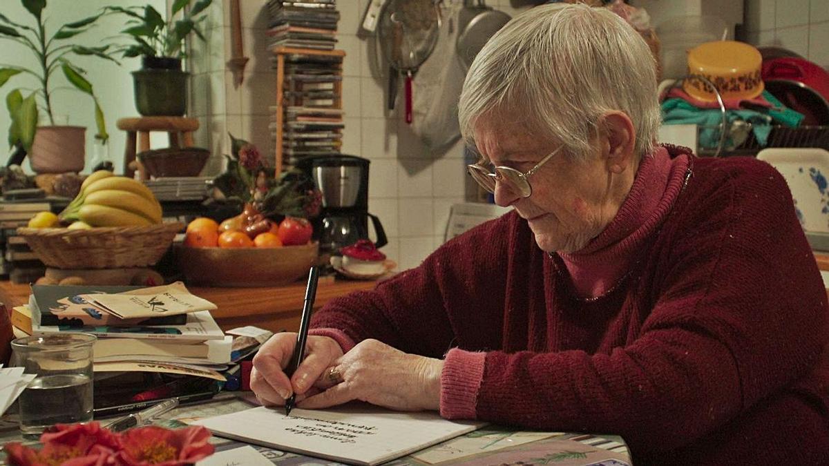 """Luz Fandiño, a escribir un poema en """"A poeta analfabeta""""."""