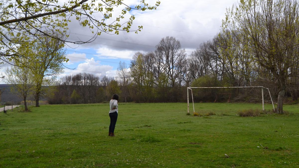 Campo de fútbol de San Miguel de Lomba, que marca el límite del huerto solar.