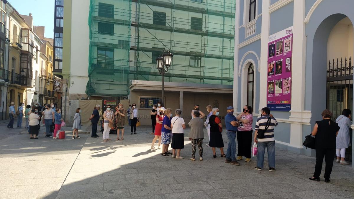 Colas en las taquillas del Teatro Ramos Carrión para conseguir las invitaciones del Festival de Indumentaria Tradicional