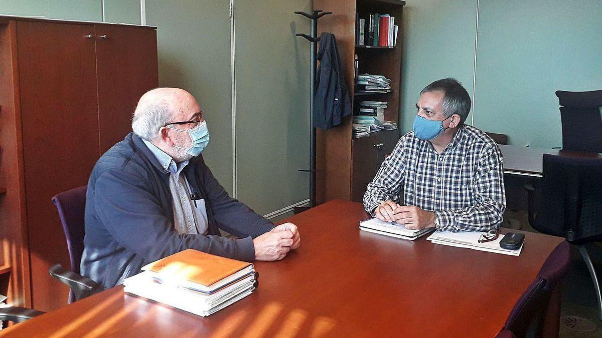 Jaime Menéndez Corrales, ayer, con el director general de Administración Local, Manuel Calvo.