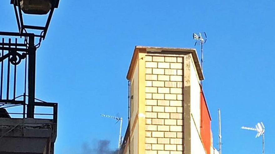 Desalojan una finca de cuatro alturas en Alzira por un incendio