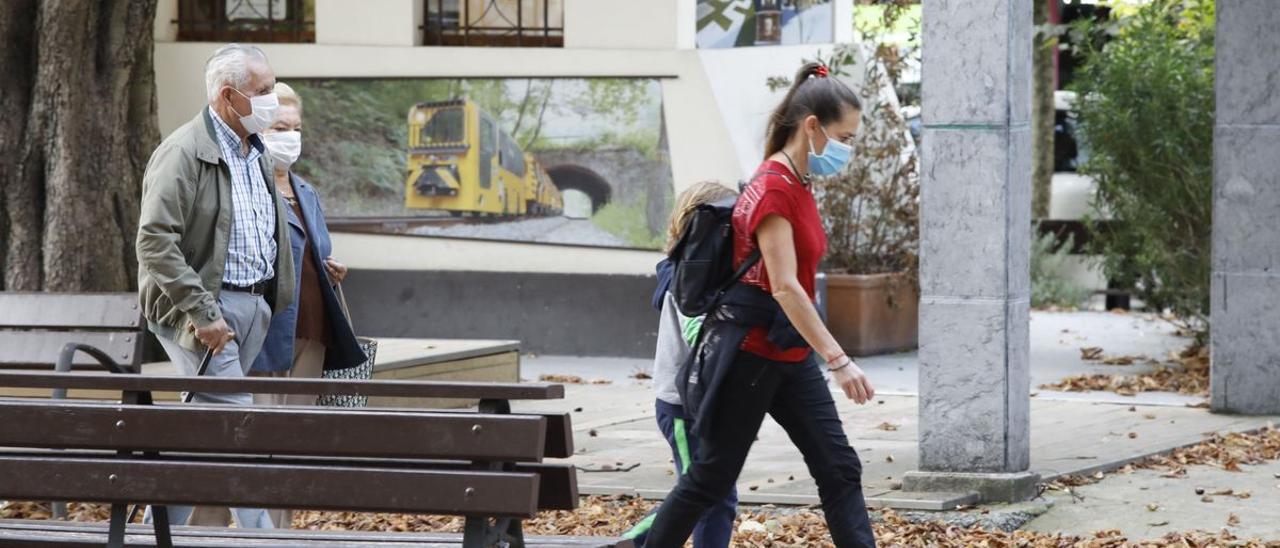 Población paseando por Langreo.