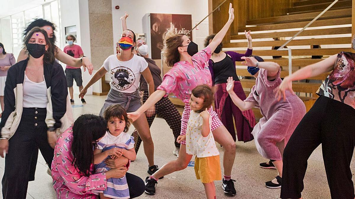 Participantes de la discoteca de señoras celebrada ayer en la Fundación Luis Seoane.   | // CASTELEIRO/ROLLER AGENCIA
