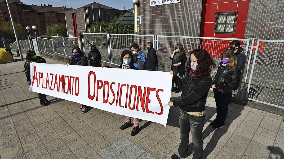 Profesores, ayer en la concentración delante del IES nº 5 para pedir el aplazamiento de las oposiciones. | R. Solís