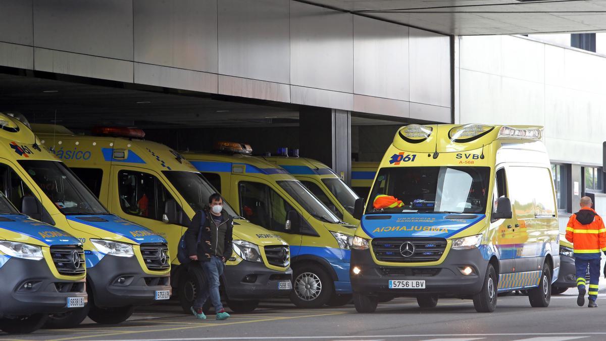 Ambulancias en la entrada de Urgencias del Cunqueiro.