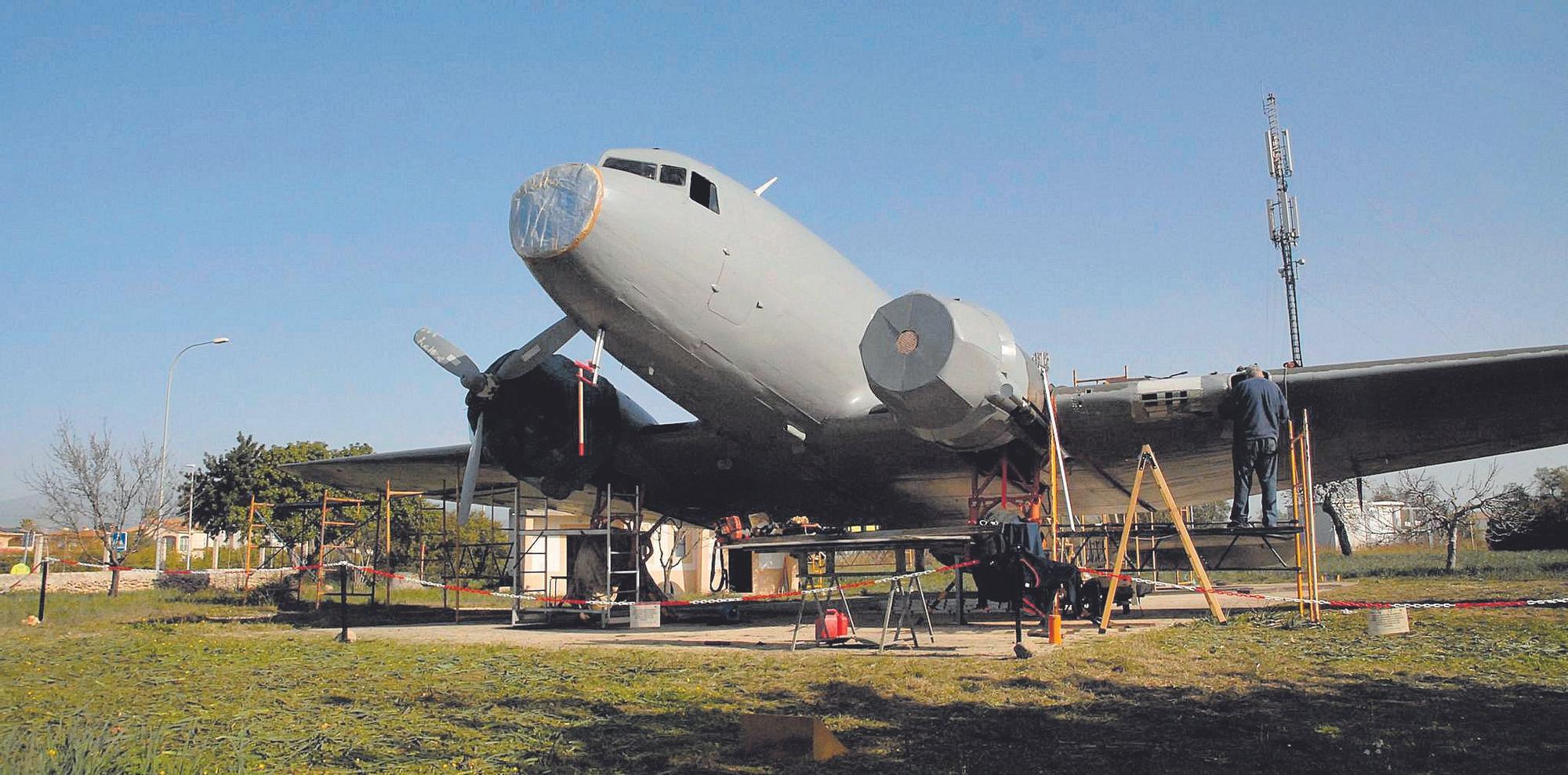 Un voluntario trabajando en la restauración del DC-3. M. Bosch