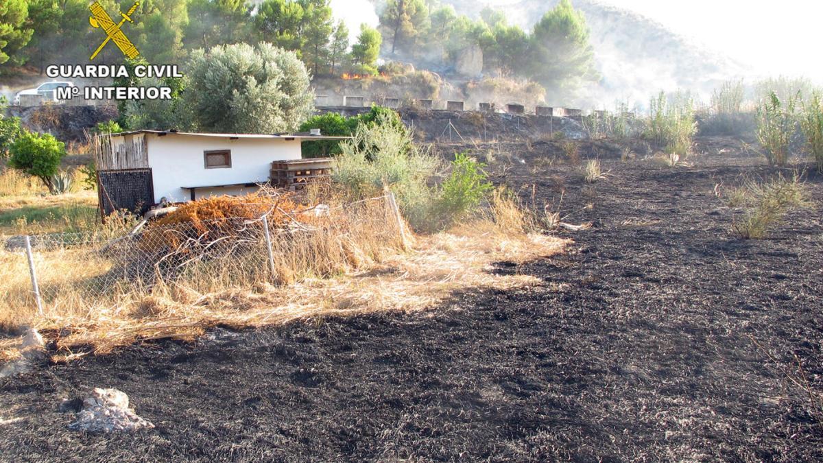 Investigan a dos personas por un incendio forestal en Blanca