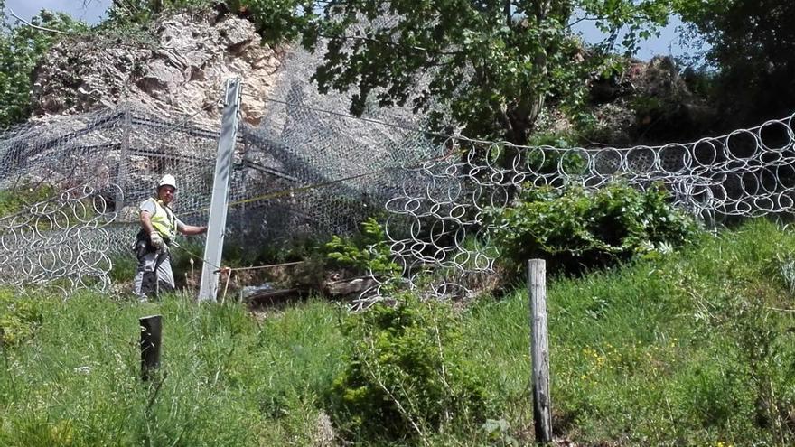 Concluye la retirada de la roca que amenazaba varias viviendas en Laviana