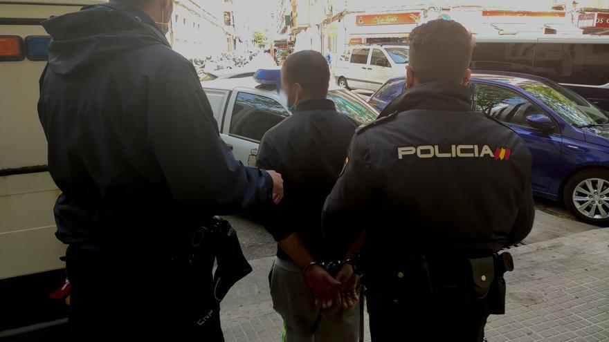 Detenido por atropellar a una mujer de 80 años a la que le acababa de robar el bolso en Son Ferriol
