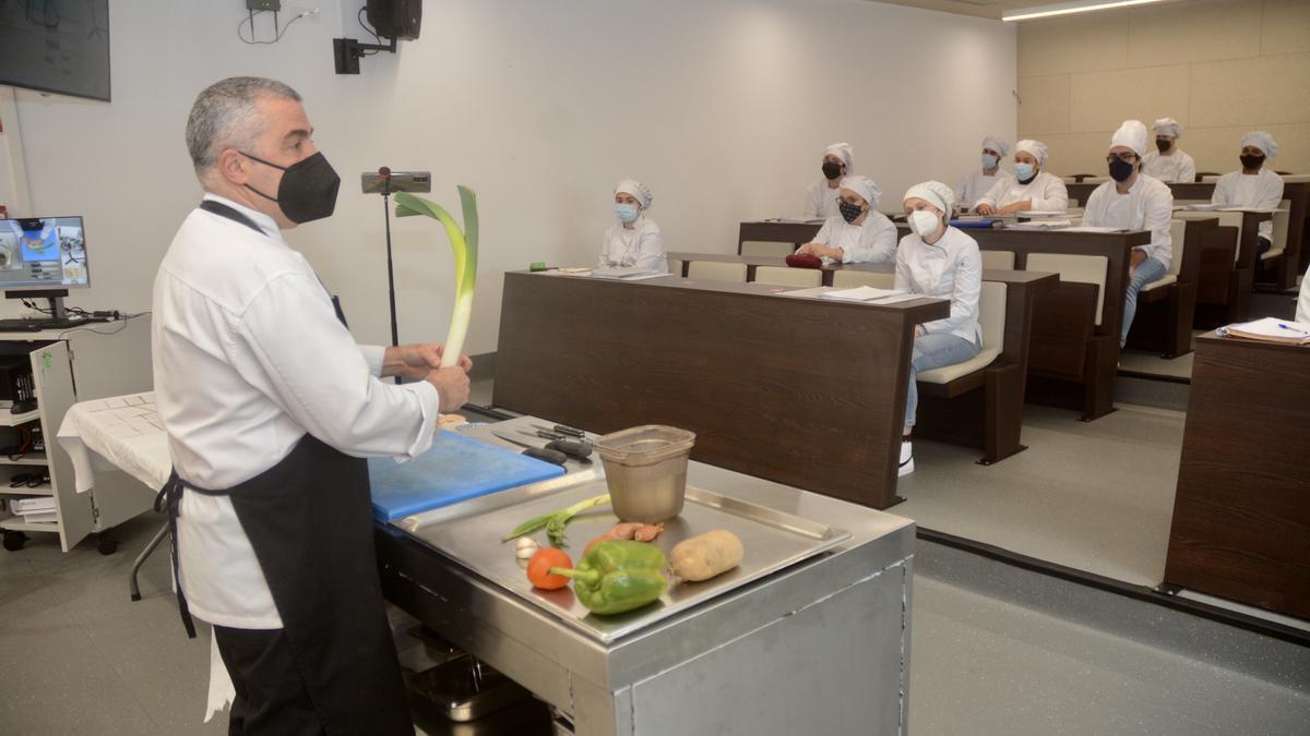 Ricardo Fernández nunha clase de cociña no Carlos Oroza