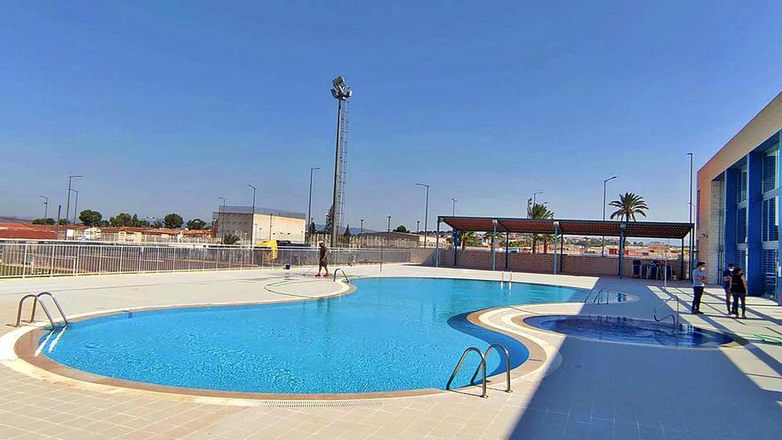 La piscina de Las Torres reabre por vacaciones sin la cubierta que cayó