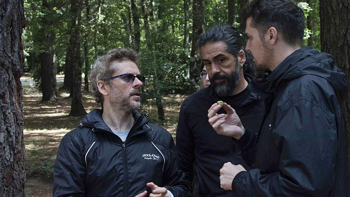 Juanma Bajo Ulloa (izquierda) y Llorenç Mas (centro), en el rodaje de 'Baby'.