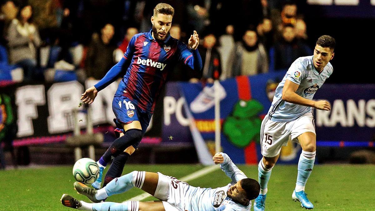 Rubén Rochina trata de superar a Rafinha Alcántara durante un partido ante el Celta de Vigo.    EFE/BIEL ALIÑO