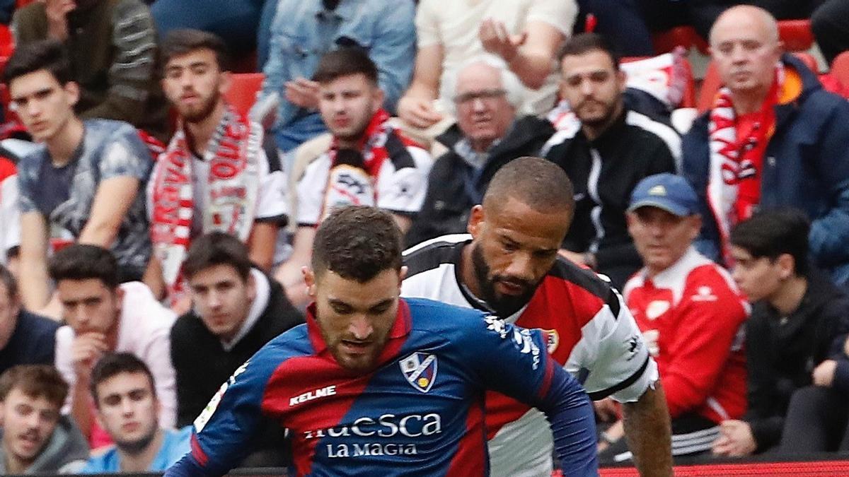 Javi Galán pelea un balón en un partido con la SD Huesca