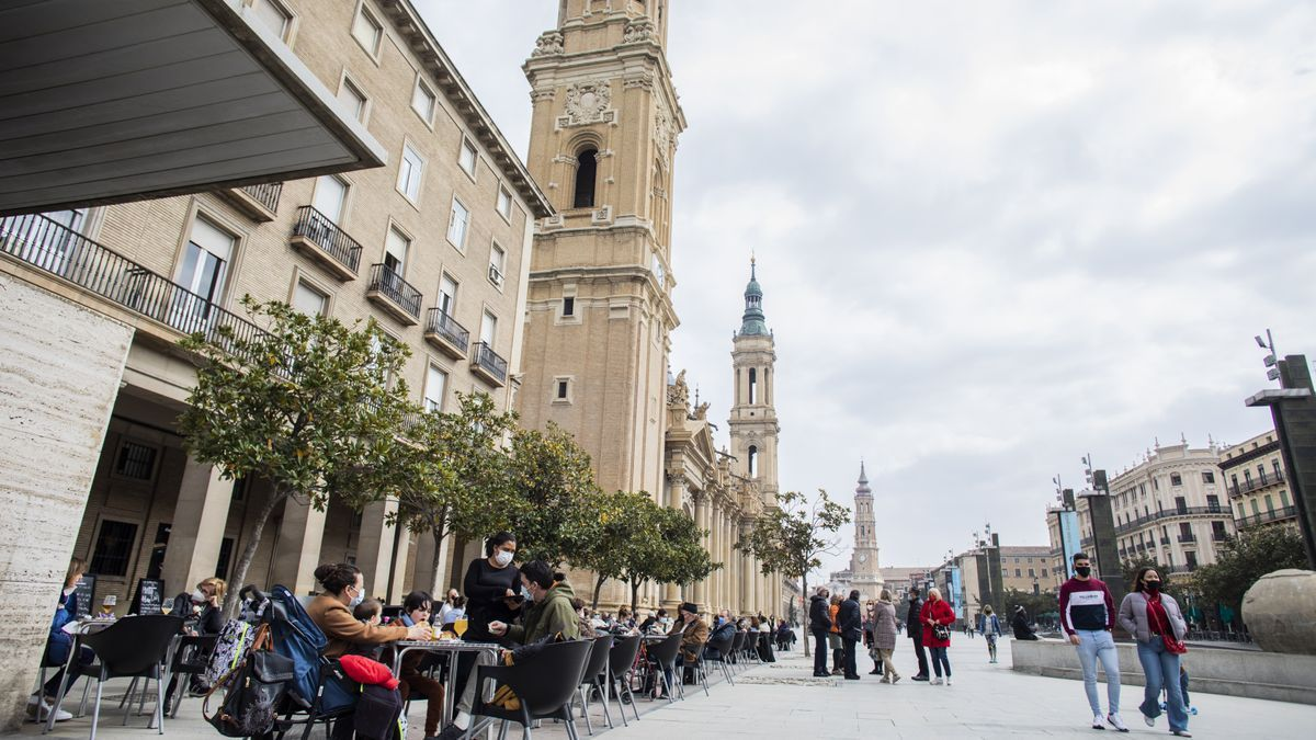 Terrazas llenas de clientes en la plaza del Pilar de Zaragoza.