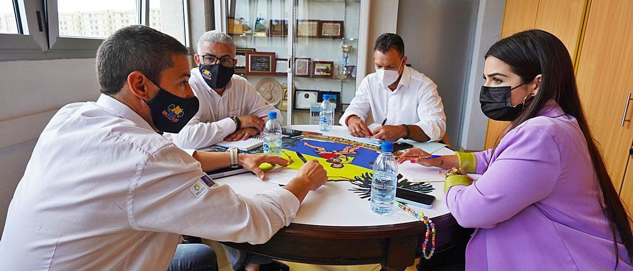 La mesa de trabajo entre los representantes de la Federación de Lucha Canaria de Gran Canaria y el Cabildo de El Hierro.