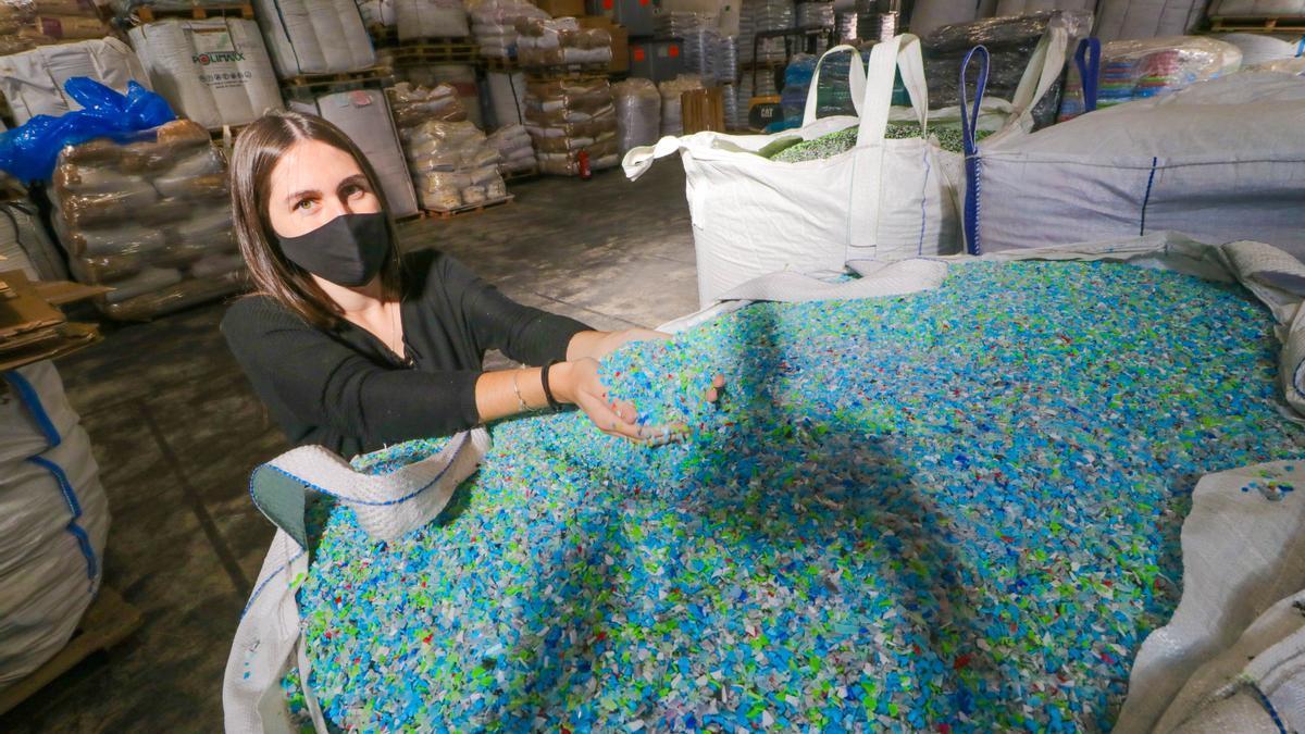 Una empleada de la empresa Ripay con los residuos de plástico ya procesados con los que fabrica el mobiliario.