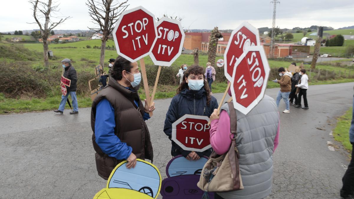 Participantes en una protesta vecinal contra la estación de la ITV en Granda.