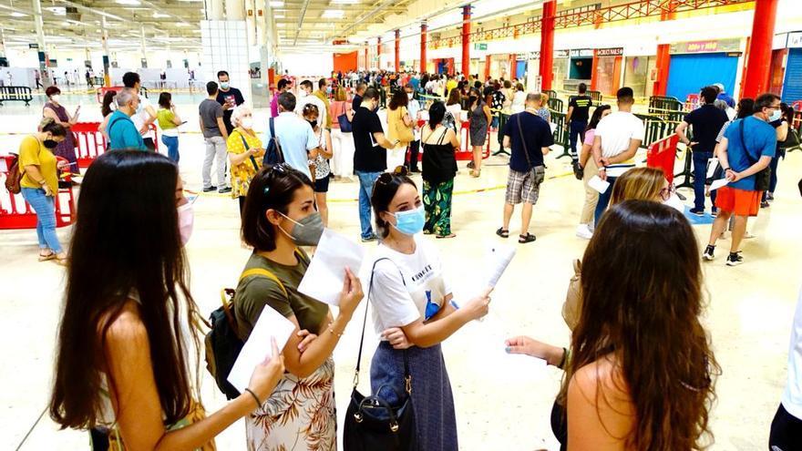 Quejas por retrasos, aglomeraciones y mucho calor en la cola para vacunarse en Cartagena