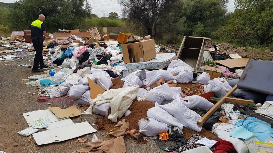 La Vall d'Uixó pilla a una empresa tirando basura en el macrovertedero ilegal del Carmaday