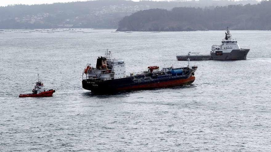 """El """"Blue Star"""" llega al puerto exterior de Ferrol tras 18 días encallado en Ares"""