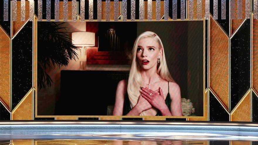 Anya Taylor-Joy reacciona a través de un vídeo tras ser anunciada como ganadora del premio a Mejor Actriz.