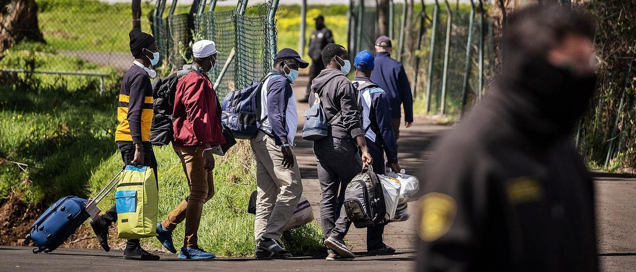 Llegada de los inmigrantes al antiguo cuartel de Las Canteras, en La Laguna. | | ANDRÉS GUTIÉRREZ