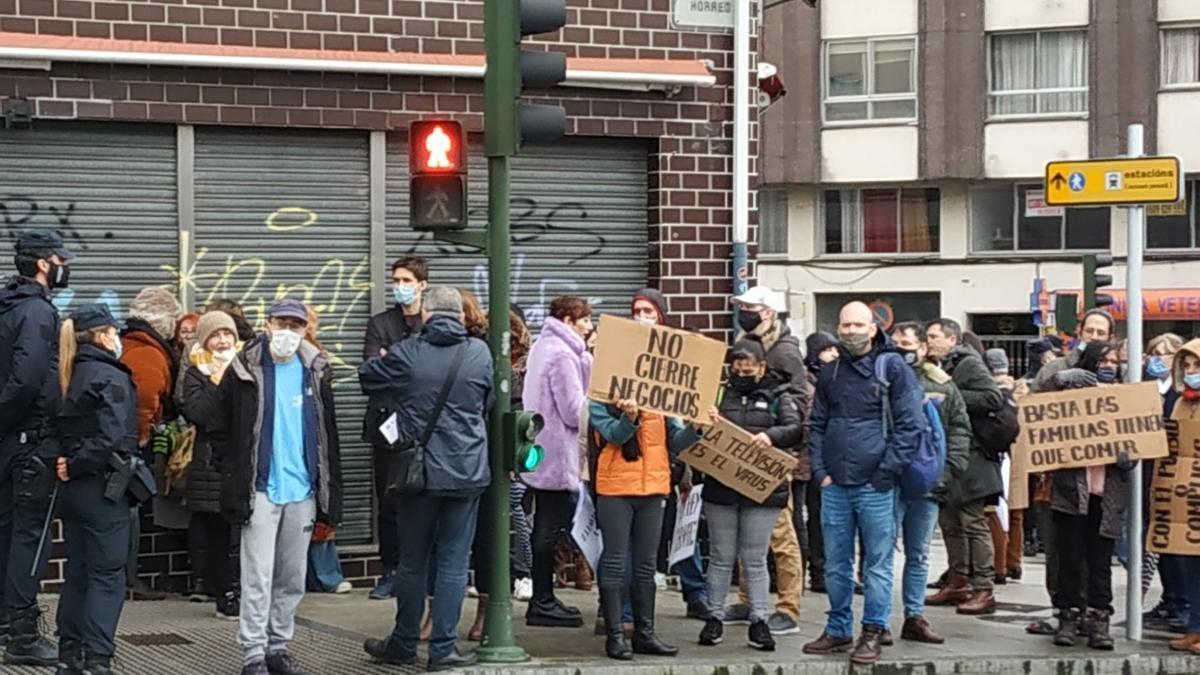 Los negacionistas, concentrados cerca del Parlamento gallego.