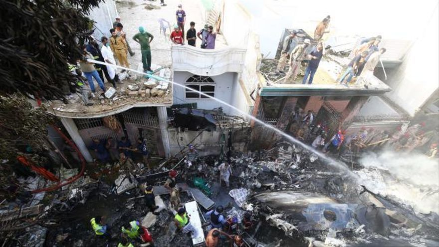 Al menos 97 muertos y dos supervivientes en un accidente aéreo en Pakistán