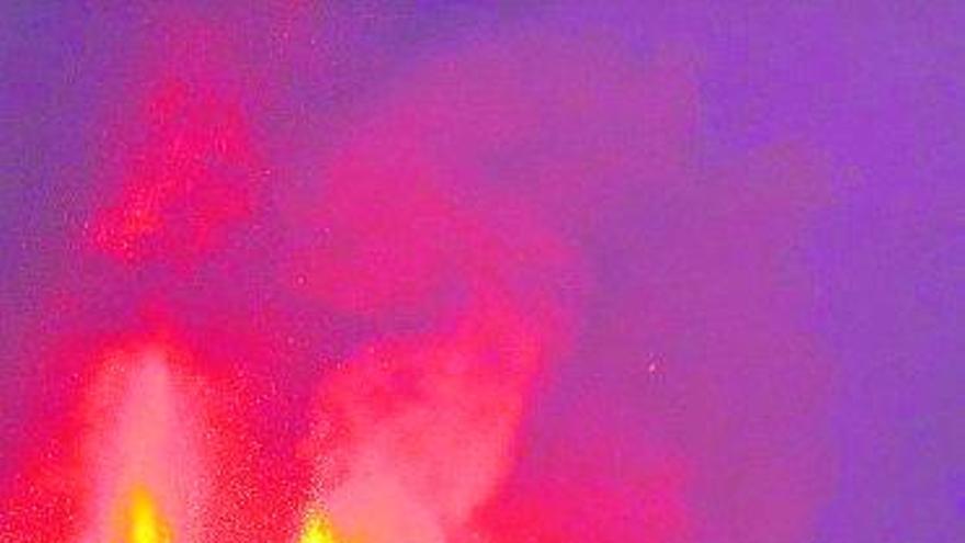 La fajana causada por la erupción amenaza con derrumbarse y producir gases, explosiones y olas