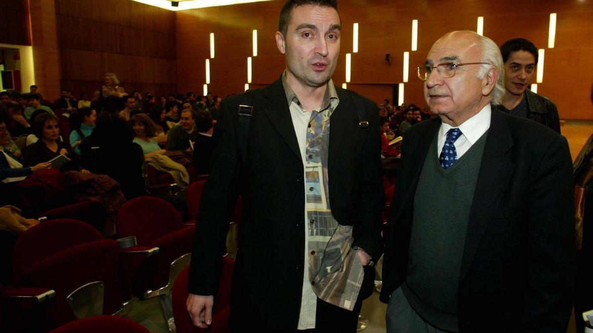 El poeta Carlos Marzal junto a su maestro, Paco Brines.