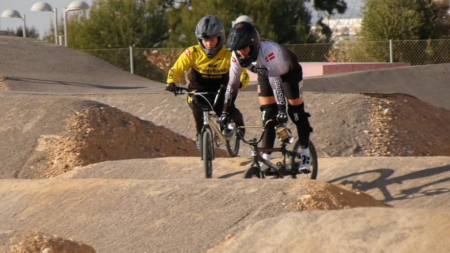 La selección danesa de BMX prepara los Juegos Olímpicos en la UMH de Elche