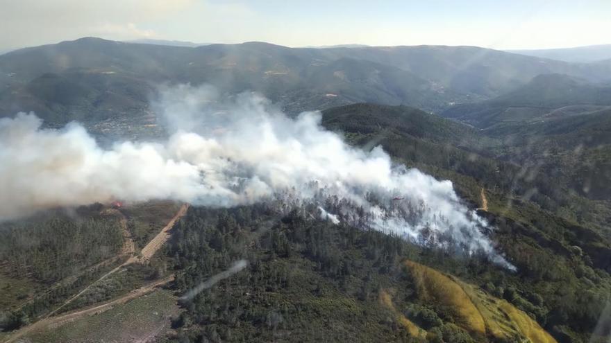 Dos incendios forestales en Santiago y en Lugo queman diez hectáreas
