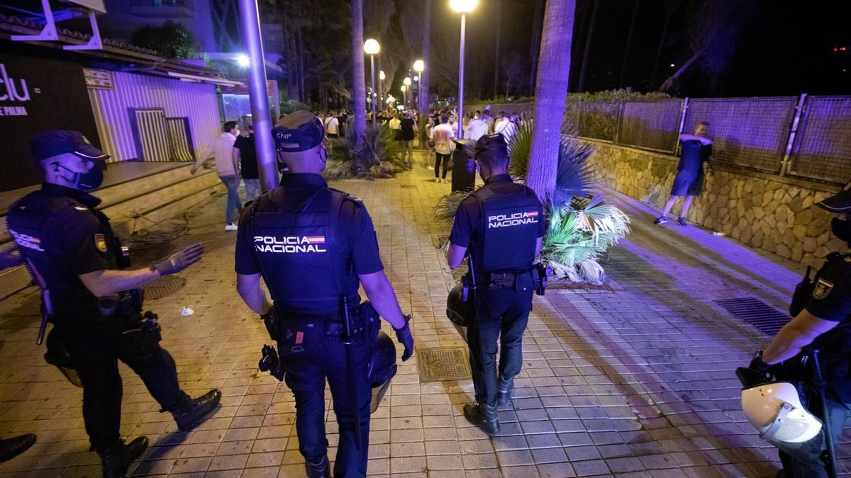 Polizisten am Strand von Arenal nach der Sperrstunde der Bars.