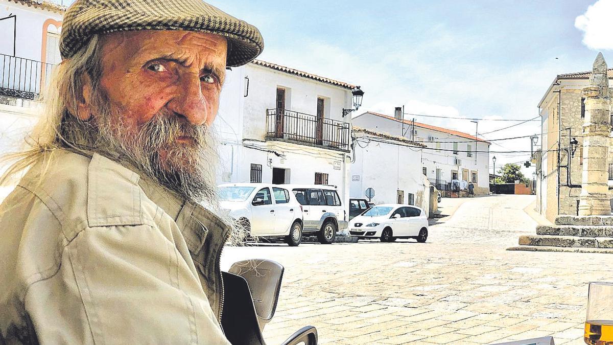 Manolo Redondo Vadillo posa en la bonita plaza de Belvís de Monroy.