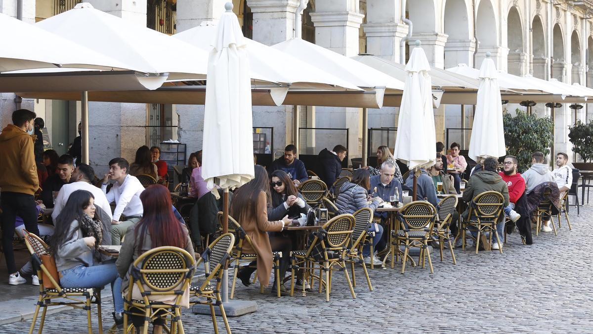 La terrassa d'un bar a plaça Independència de Girona, en una imatge d'arxiu.