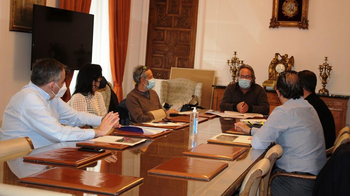 Reunión del Ayuntamiento con la empresa Adamo Telecom, que instalará la fibra en las zonas de sombra de la capital