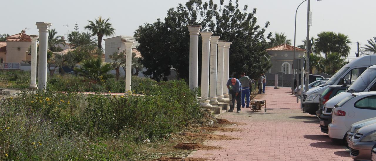Imagen de las labores de vallado del parque una vez que se paralizó la construcción en el anterior mandato
