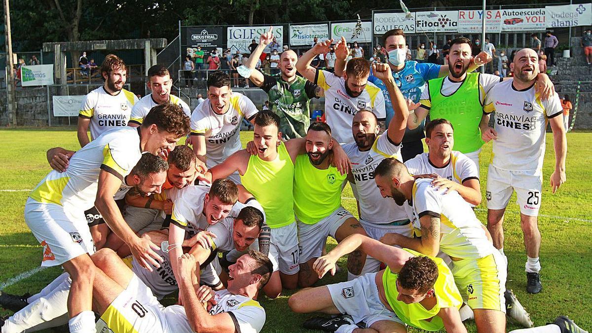 Los jugadores del Atlético Arnoia celebran el ascenso a Tercera en el campo de A Queixeira. |  // IÑAKI OSORIO
